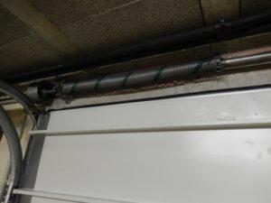 Quel est le problème avec mes câbles de porte de garage Comment puis-je y remédier