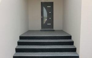 Moquette de pierre : un revêtement idéal des escaliers extérieurs